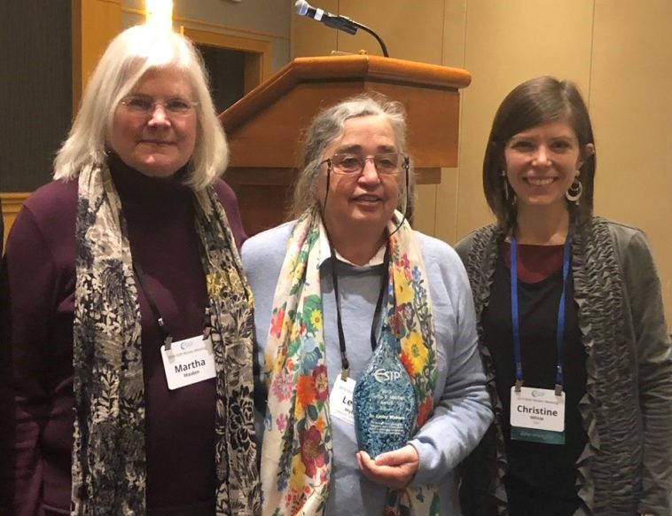 Lesley Wyborn (centre) with the Award's namesake Martha Maiden (left), and 2018 ESIP President, Christine White (right)